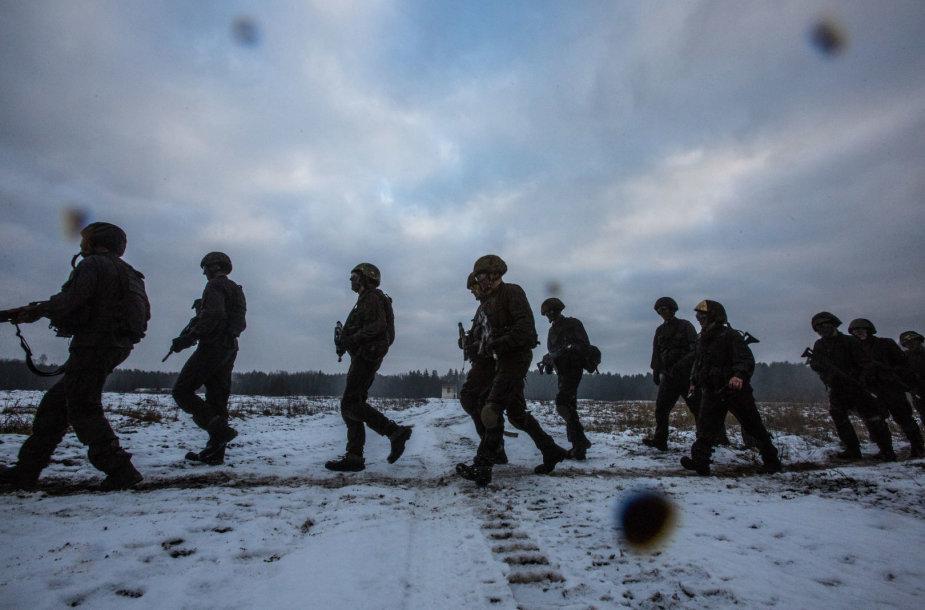 Vaidoto bataliono kariai įveikia kliūčių ruožą