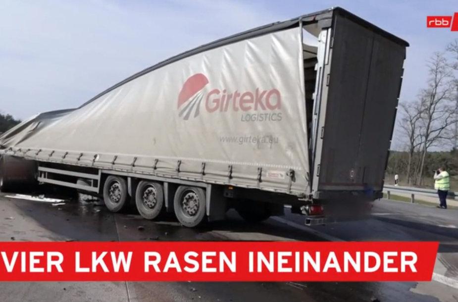 """Prie Berlyno į avariją pateko """"Girteka"""" sunkvežimis"""