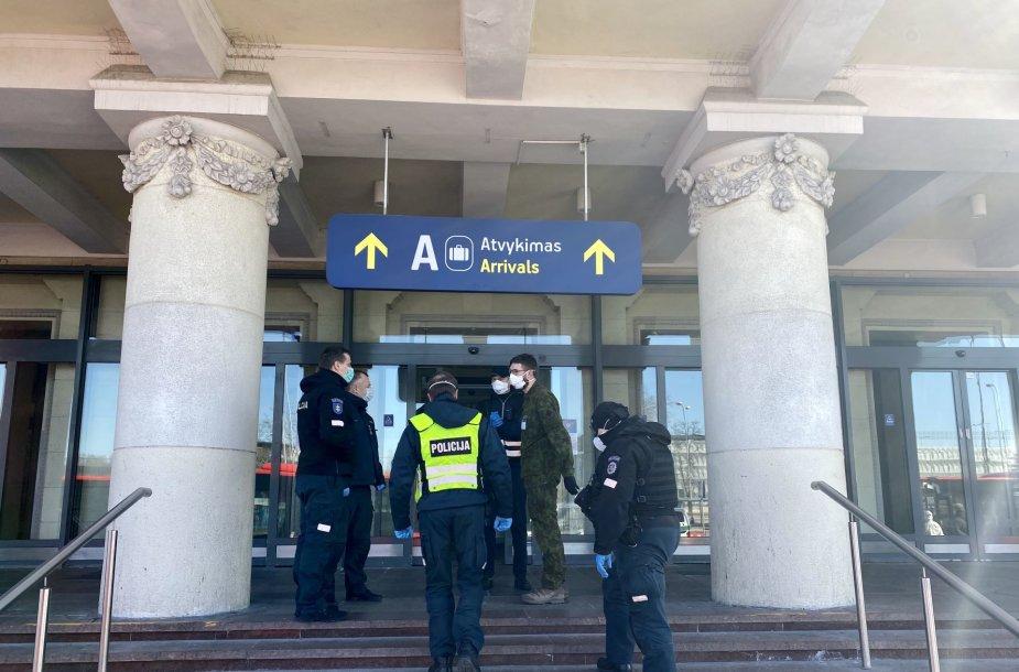 Specialiosios tarnybos ir autobusai laukia atvykstančių keleivių