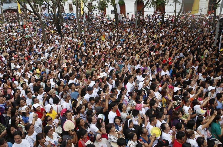 Popiežiui Pranciškui mojuojanti ir jį fotografuojanti žmonių minia Maniloje