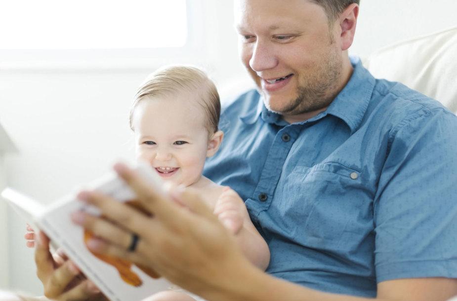 Tėtis skaito su kūdikiu