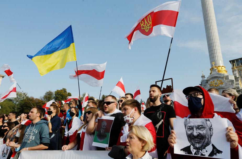 Paramos balturusių protestuojams akcija Kijeve