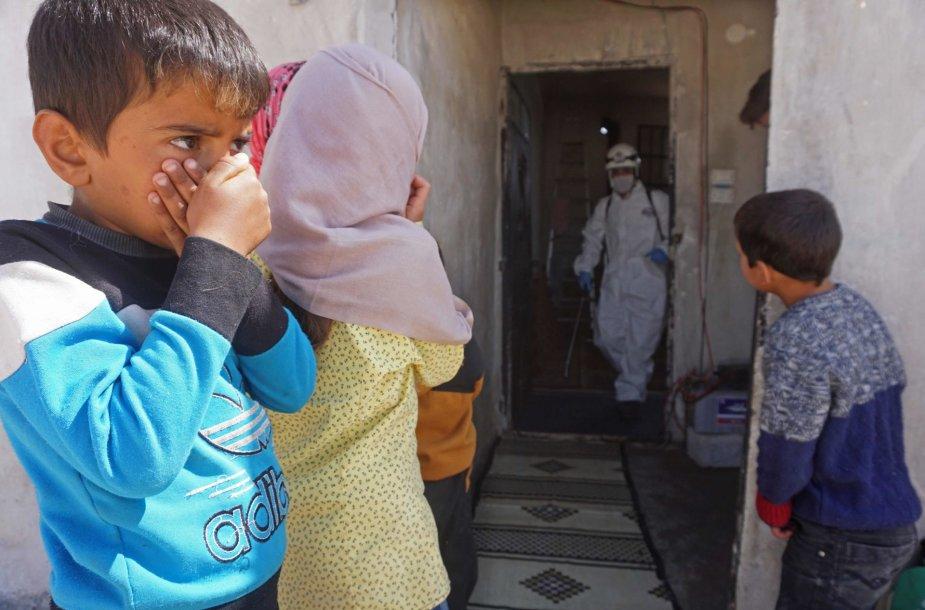 Dezinfekuojama mokykla Sirijos pabėgelių stovykloje