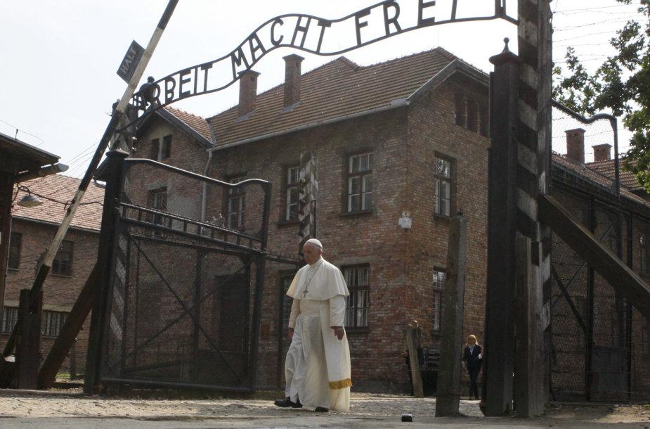Popiežius Pranciškus buvusioje Aušvico mirties stovykloje