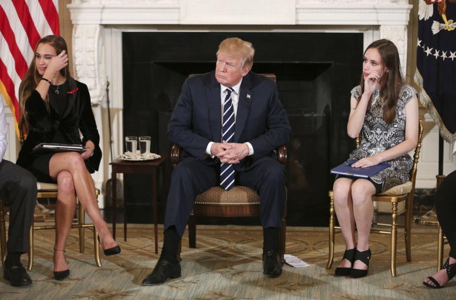 Donaldas Trumpas su šaudynes išgyvenusiais