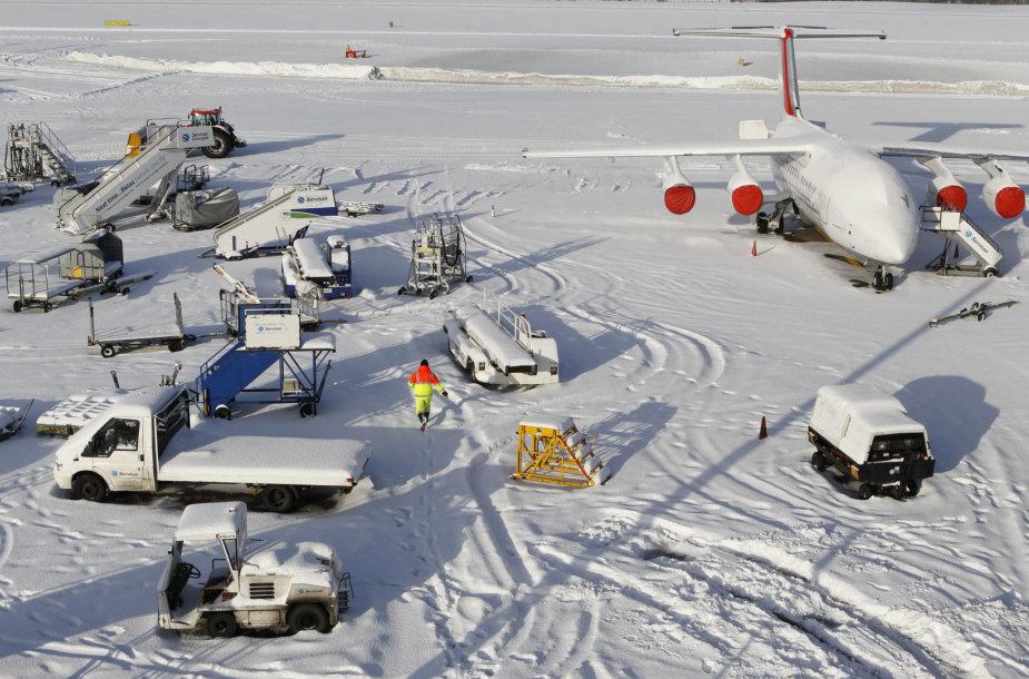 Sniegas sutrikdo darbą Jungtinės Karalystės oro uostuose
