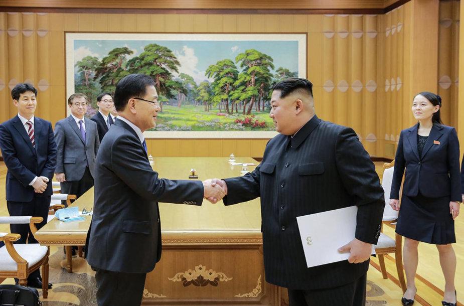Kim Jong Unas su delegacijos iš Pietų Korėjos nariais