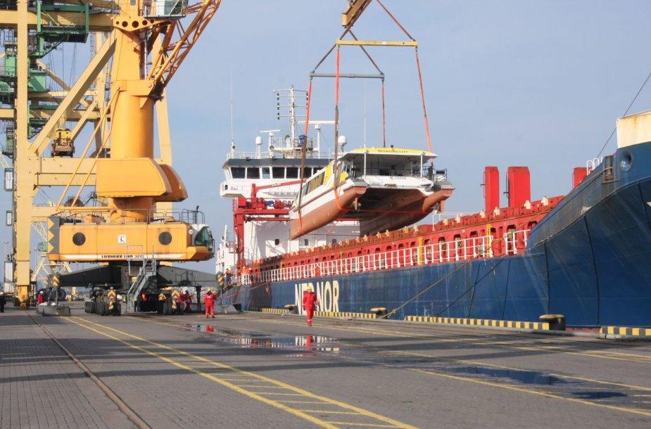 """Katamarano iškėlimas iš laivo """"Frisian Oceon"""" užtruko pora valandų."""