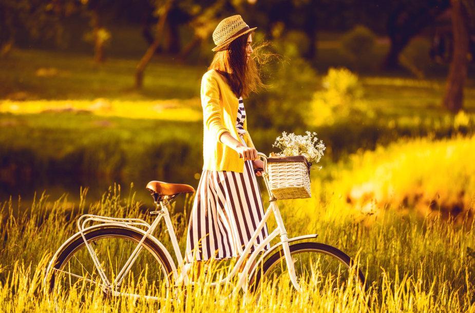 Mergina su dviračiu.