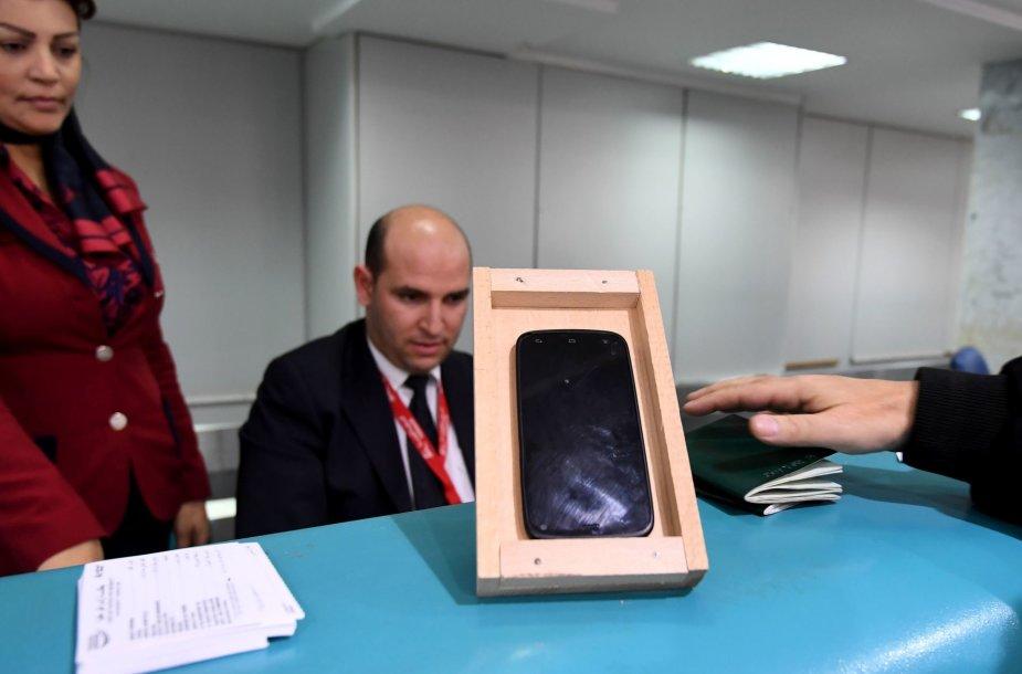 Keleivis matuoja savo telefoną, ar jį galės įsinešti į orlaivį