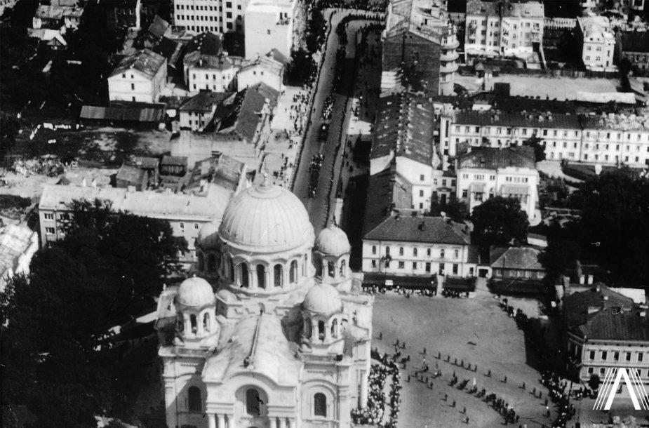 """Žuvusių """"Lituanica"""" lakūnų pagerbimo procesija Kauno centre. 1933 m. liepos 19 d."""