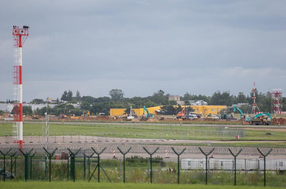Vykdomi Vilniaus oro uosto pakilimo tako tvarkymo darbai