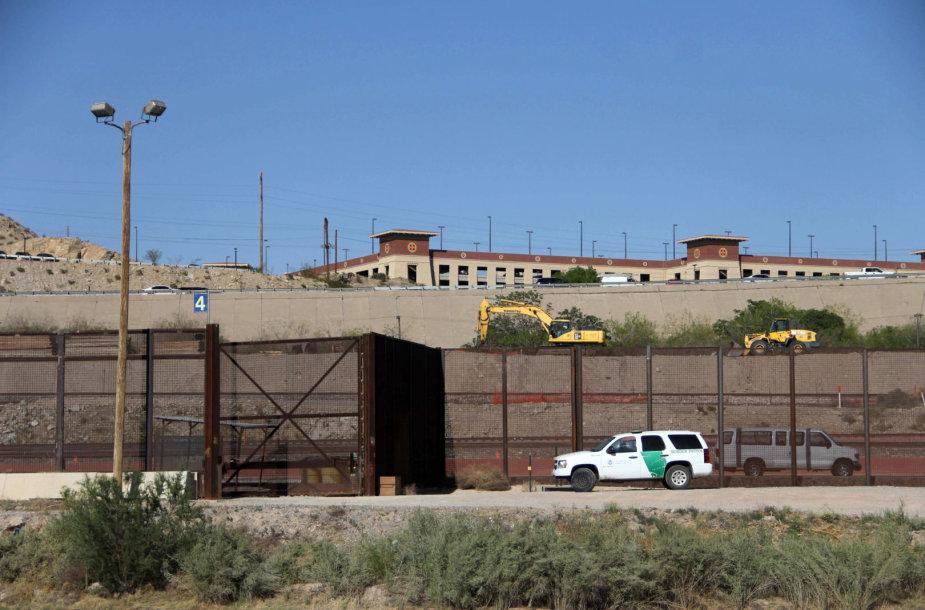 D.Trumpas įsakė prie pietinės JAV sienos dislokuoti Nacionalinę gvardiją