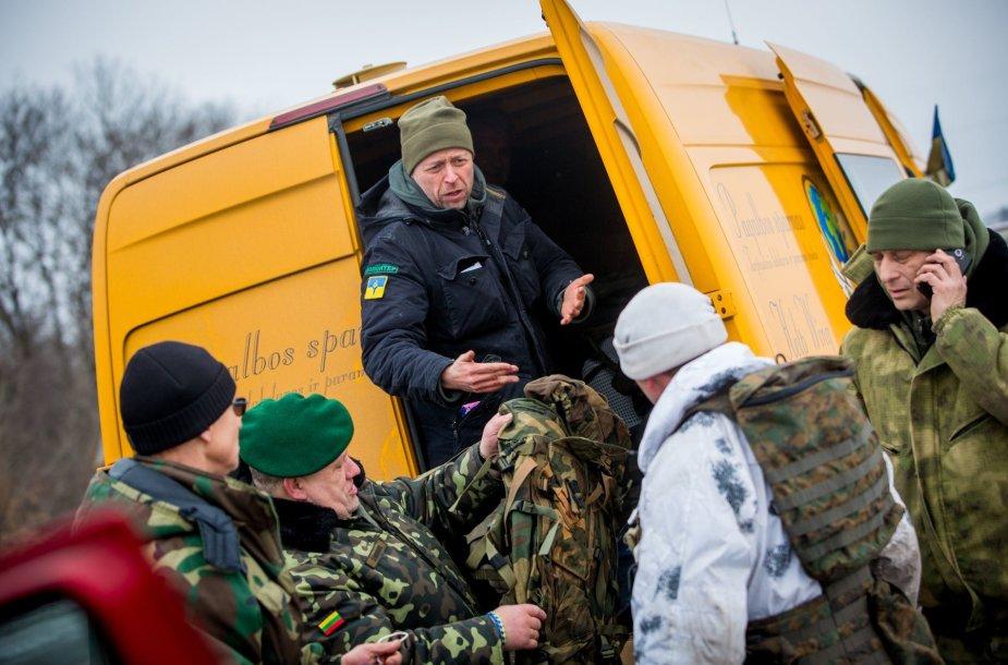Jonas Ohmanas  perduoda paramą Ukrainos kariams