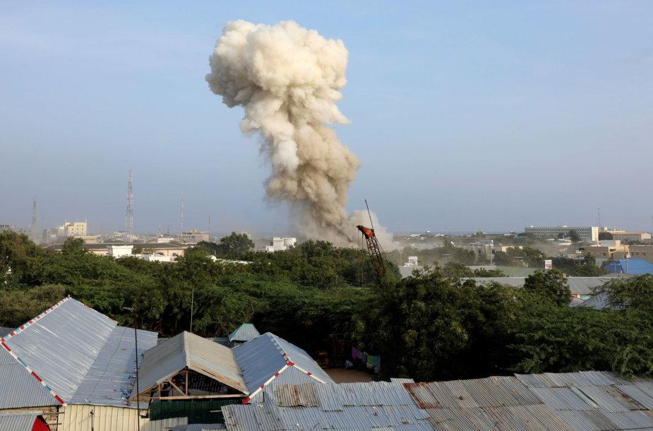 Somalio sostinėje prie viešbučio susprogdinti trys užminuoti automobiliai