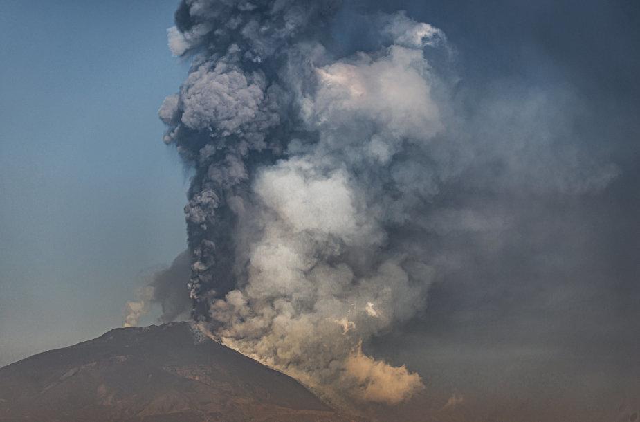 Etnos ugnikalnis vėl spjaudė lavą ir pelenus
