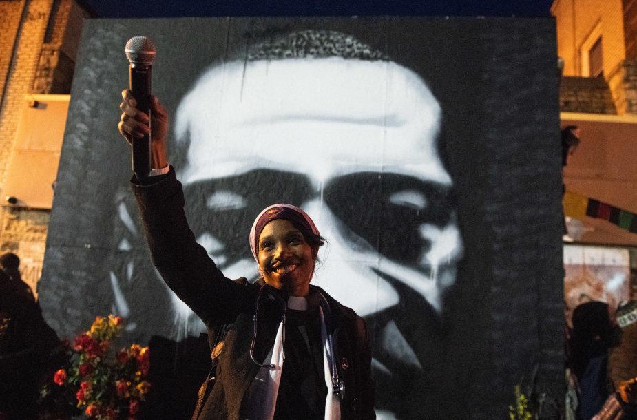 """Judėjimo """"Black Lives Matter"""" rėmėja prie George'o Floydo atvaizdo"""