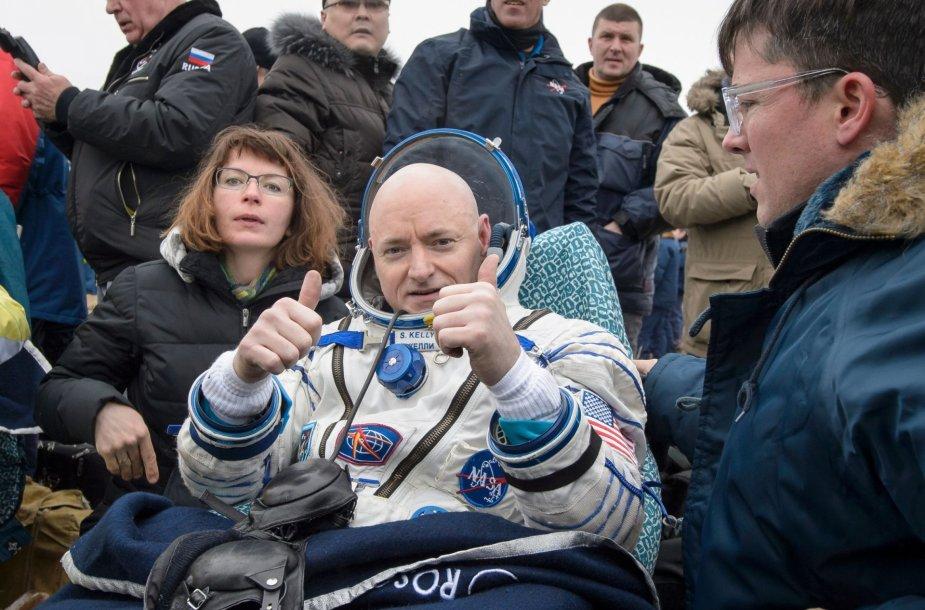 Beveik metus kosmose praleidę TKS nariai sėkmingai grįžo į Žemę