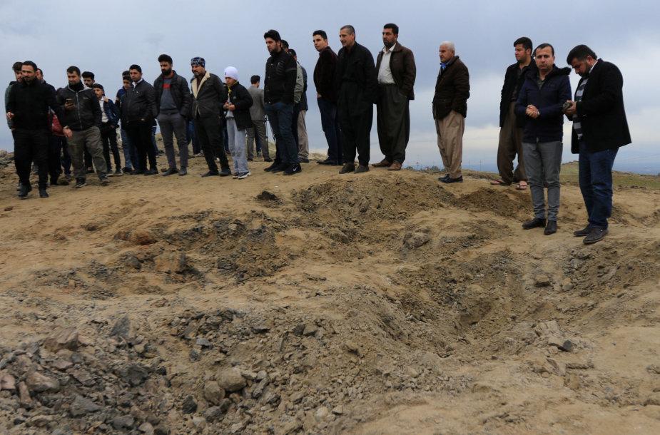 Apžiūrimas krateris, likęs po Irano JAV karinių bazių atakos