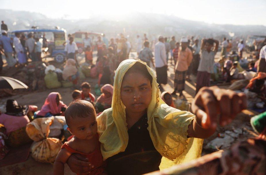 Persekiojami rohinjai iš savo šalies bėga į Bangladešą