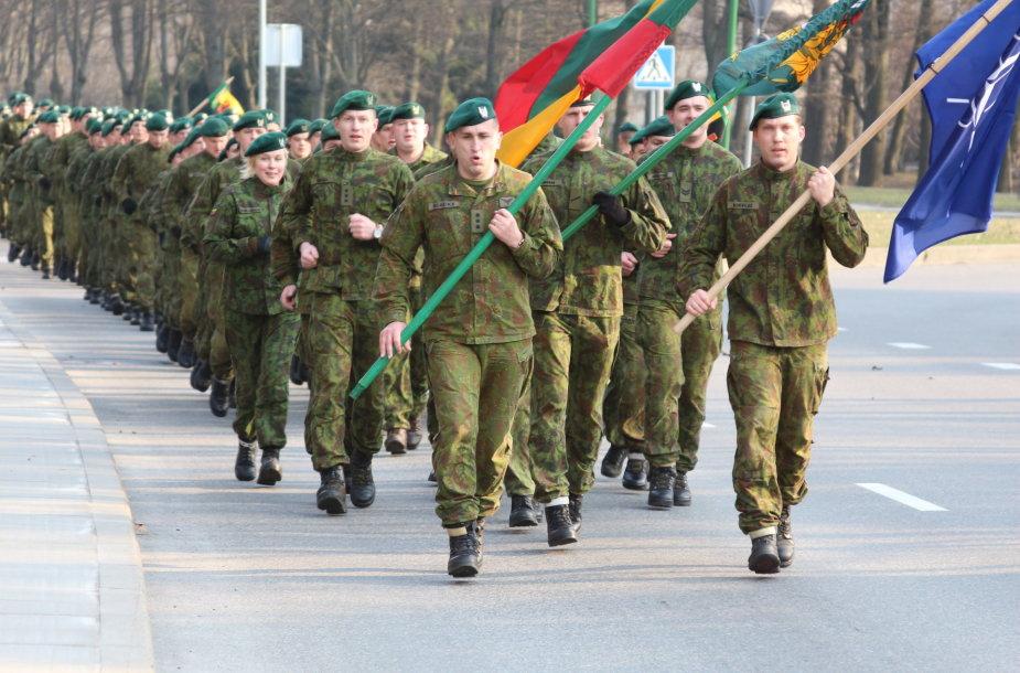 500 karių Lietuvos įstojimo į NATO metines paminėjo dalyvaudami simboliniame bėgime.