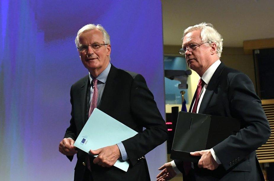 M.Barnier ir D.Davisas (dešinėje)