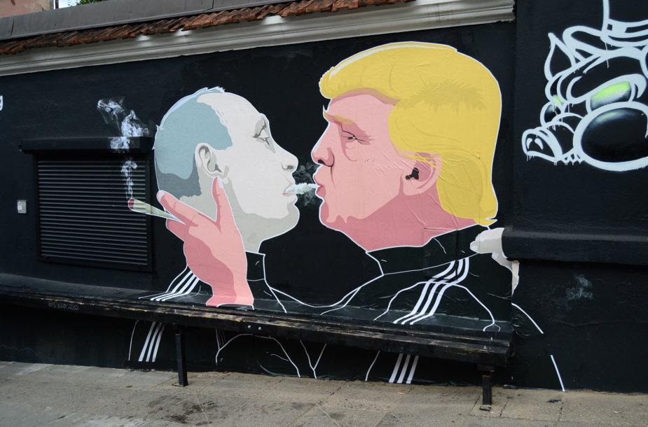 Atnaujintas grafitis su Donaldo Trumpo ir Vladimiro Putino bučiniu