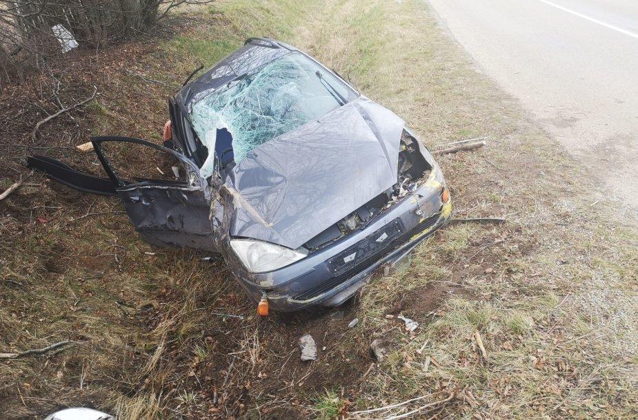 """Šilutės rajone nuo kelio nuskriejo """"Ford"""" – automobilis visiškai sumaitotas"""