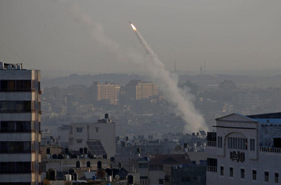 Gazos Ruožo kovotojai paleido į Izraelį raketų spiečių