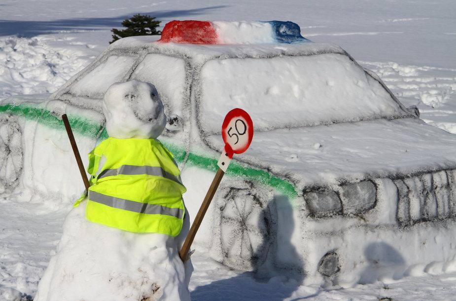 Policijos postas iš sniego