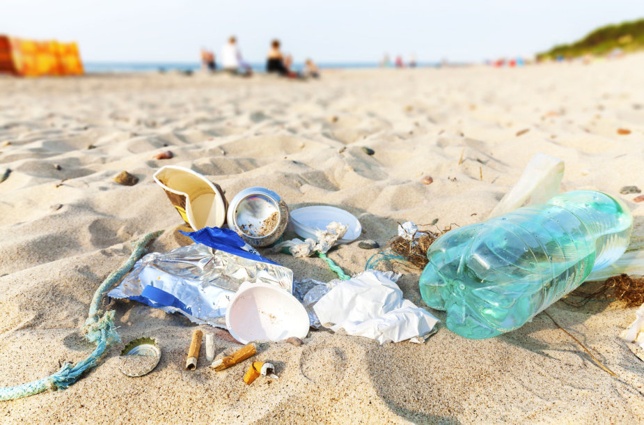Vienkartiniai plastiko gaminiai paplūdimyje