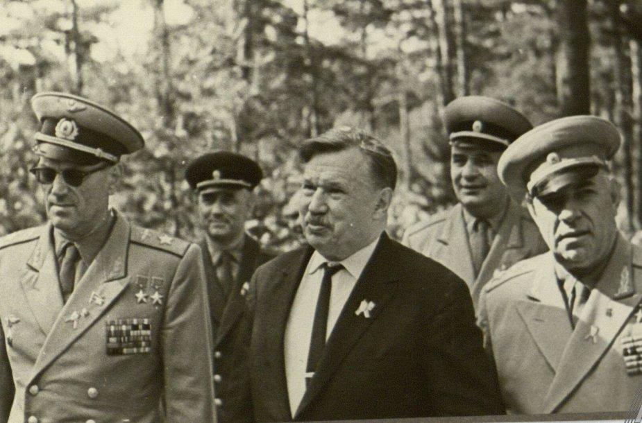 Lietuvos komunistų partijos centro komiteto pirmasis sekretorius Antanas Sniečkus (viduryje) su Sovietų armijos kariškiais Antakalnio karių kapinėse Vilniuje, minint Raudonosios armijos įžengimo į Lietuvą 20-ąsias metines. 1964 m