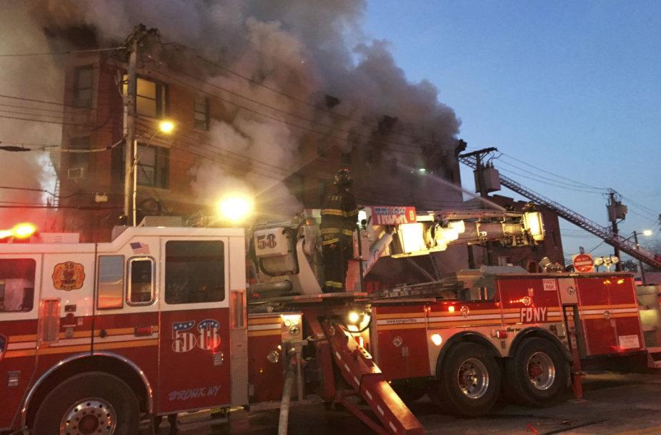 Niujorko ugniagesiai gesina gaisrą.