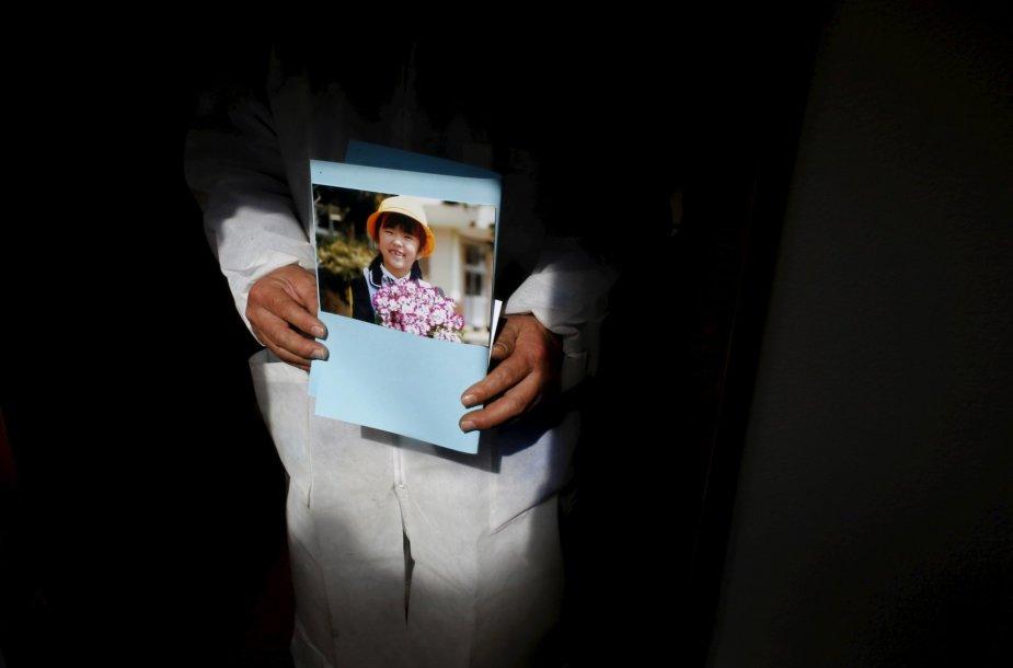 Japonai vis dar ieško artimųjų palaikų Fukušimoje po cunamio sukeltos atominės tragedijos