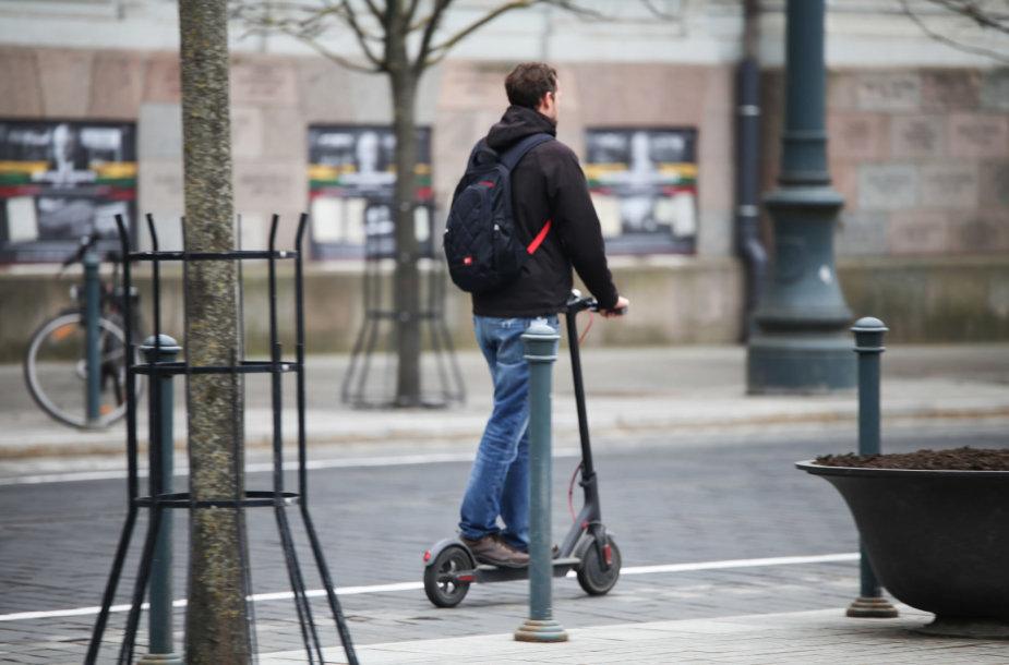 Atšilus orams į miestų gatves išvažiavo elektrinių paspirtukų vairuotojai