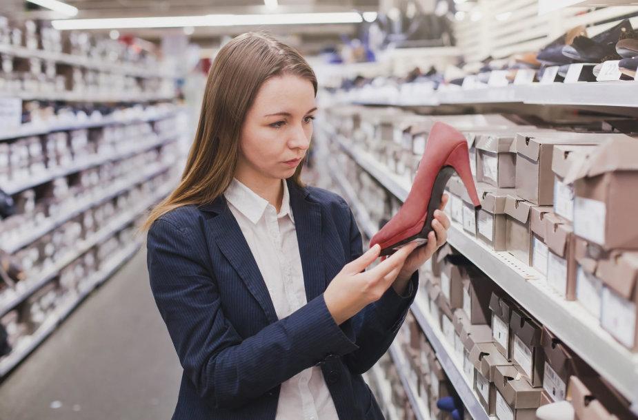 Moteris parduotuvėje