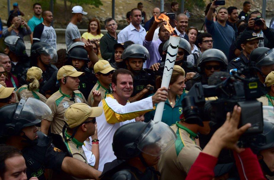 Olimpinio deglo nešimo tradiciją lydi protestai