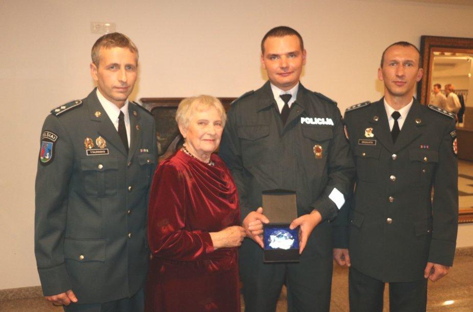 Ponios Nijonilos susitikimas su ją išgelbėjusiais pareigūnais