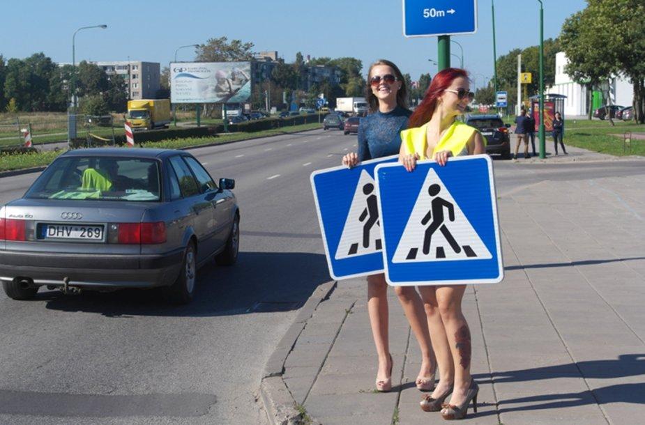 Eksperimentas Klaipėdos gatvėse – eismą kontroliuoja ilgakojės gražuolės