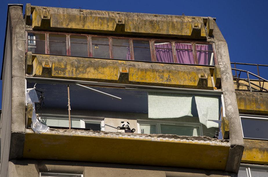 Vilniaus Lazdynų rajone nulūžo balkonas