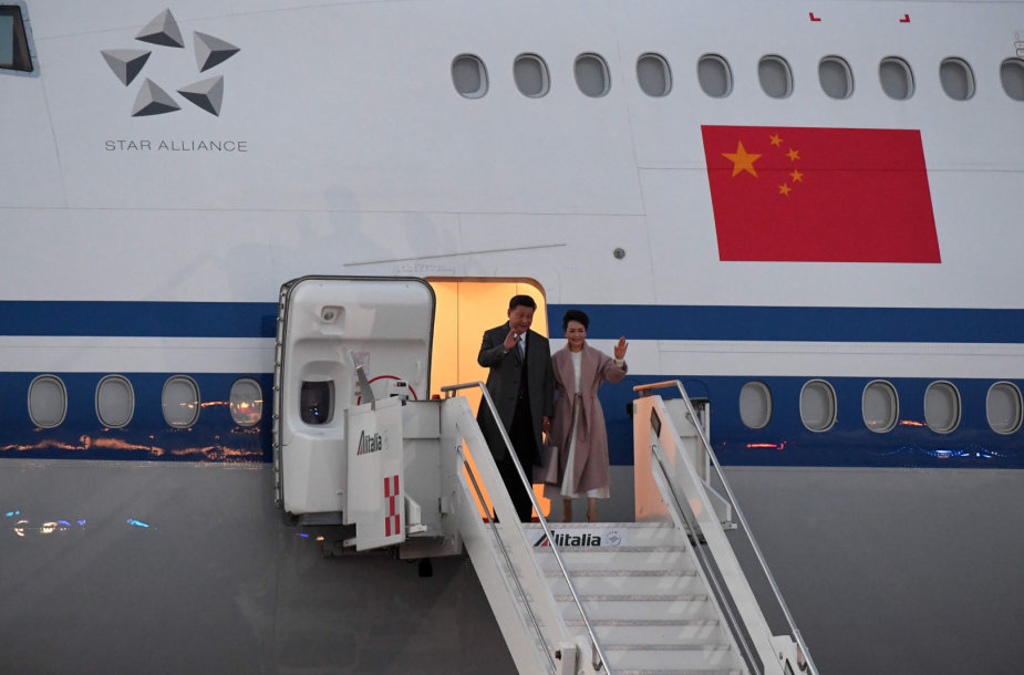 Xi Jinpingas su žmona Peng Liyuan atvyko į Romą.
