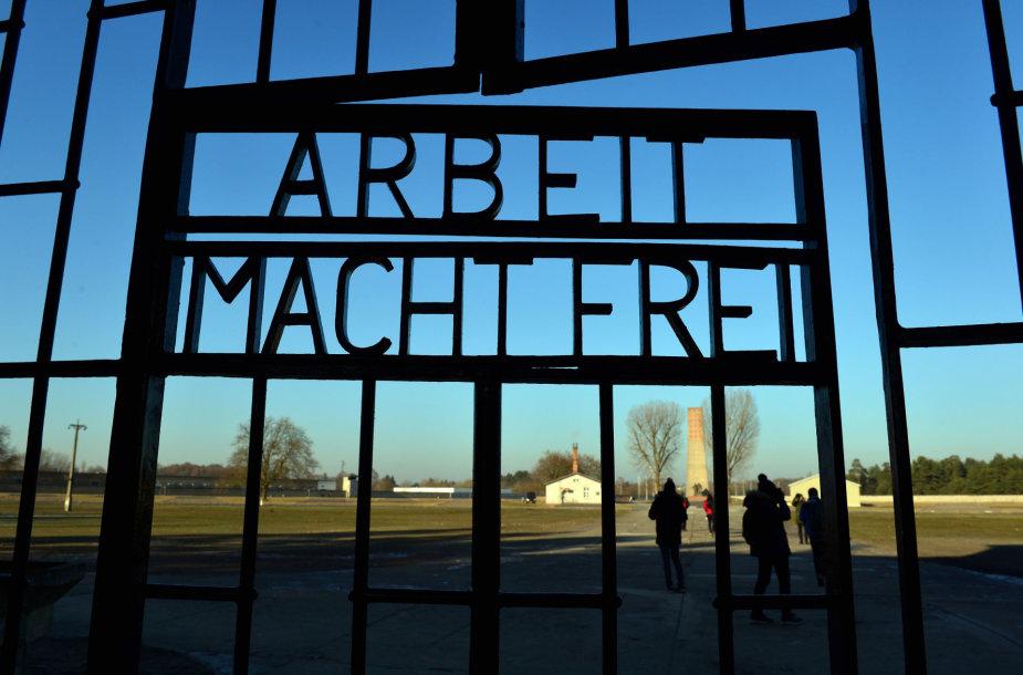 """Vartai į Aušvicos koncentracijos stovyklą. Iškaba """"Arbeit macht frei"""" (""""Darbas išlaisvina"""")"""