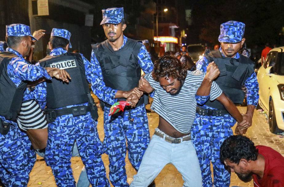Maldyvų pareigūnai suima protestuotoją