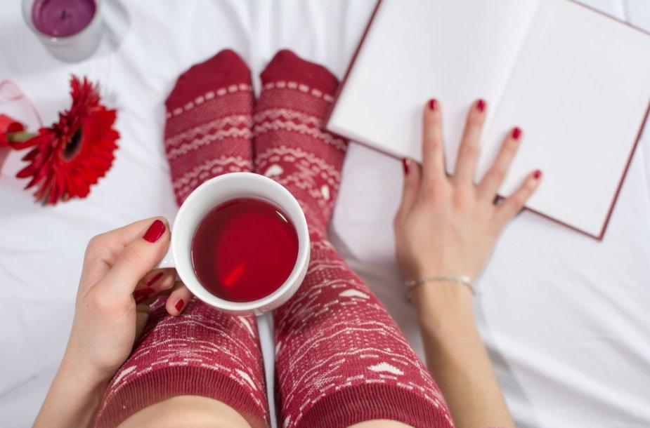 Jauki arbata žiemą namuose.