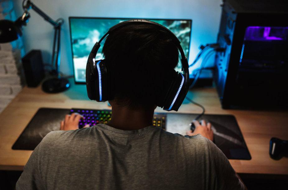 Paauglys žaidžia kompiuteriu