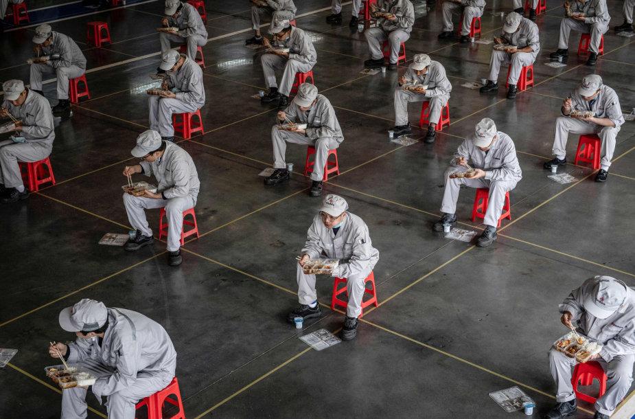 Gamyklos Uhane darbuotojai pietauja