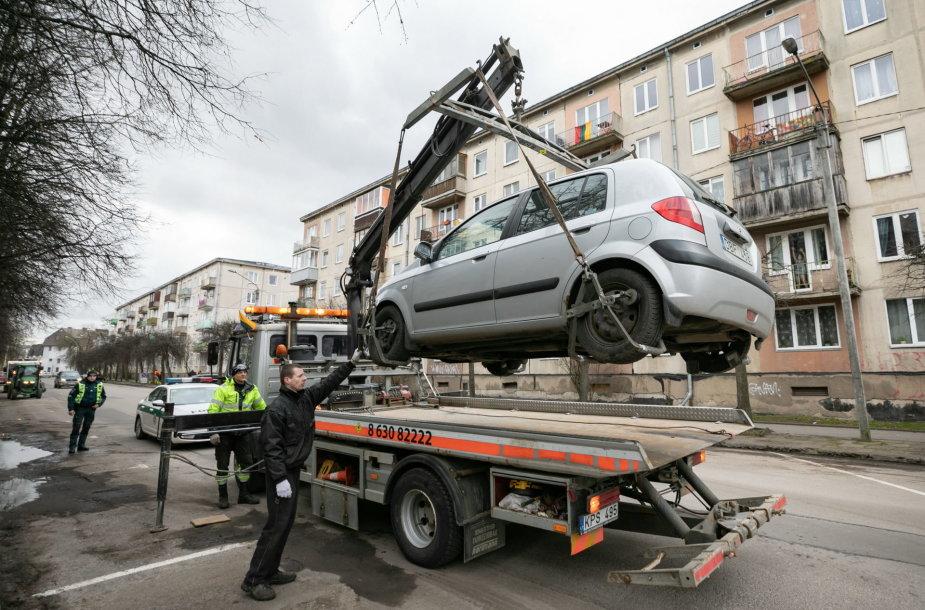 Išvežami sostinės gatves trukdantys valyti automobiliai