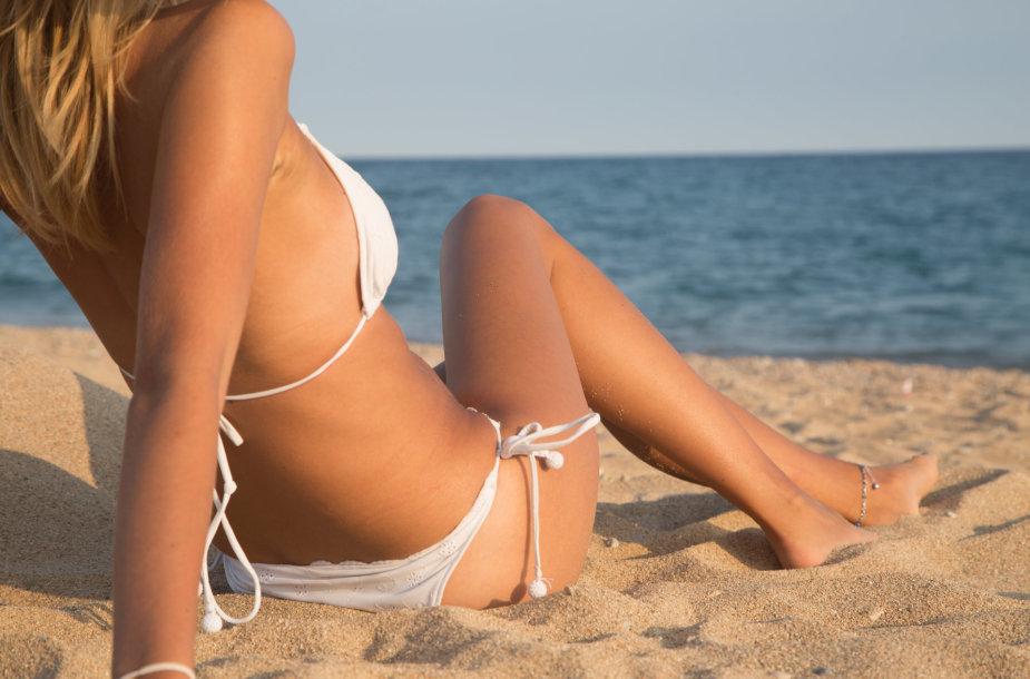 Mergina paplūdimyje.