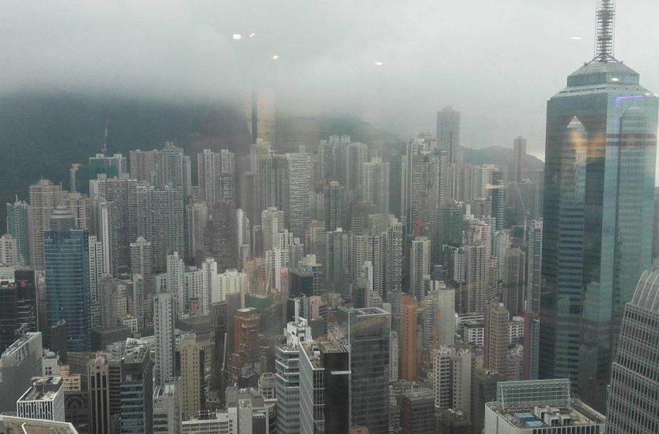 Ūkanose paskendęs Honkongas nuo iš Tarptautinio prekybos centro dangoraižio