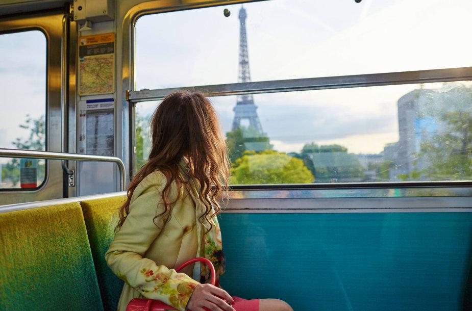 Mergina traukinyje netoli Paryžiaus